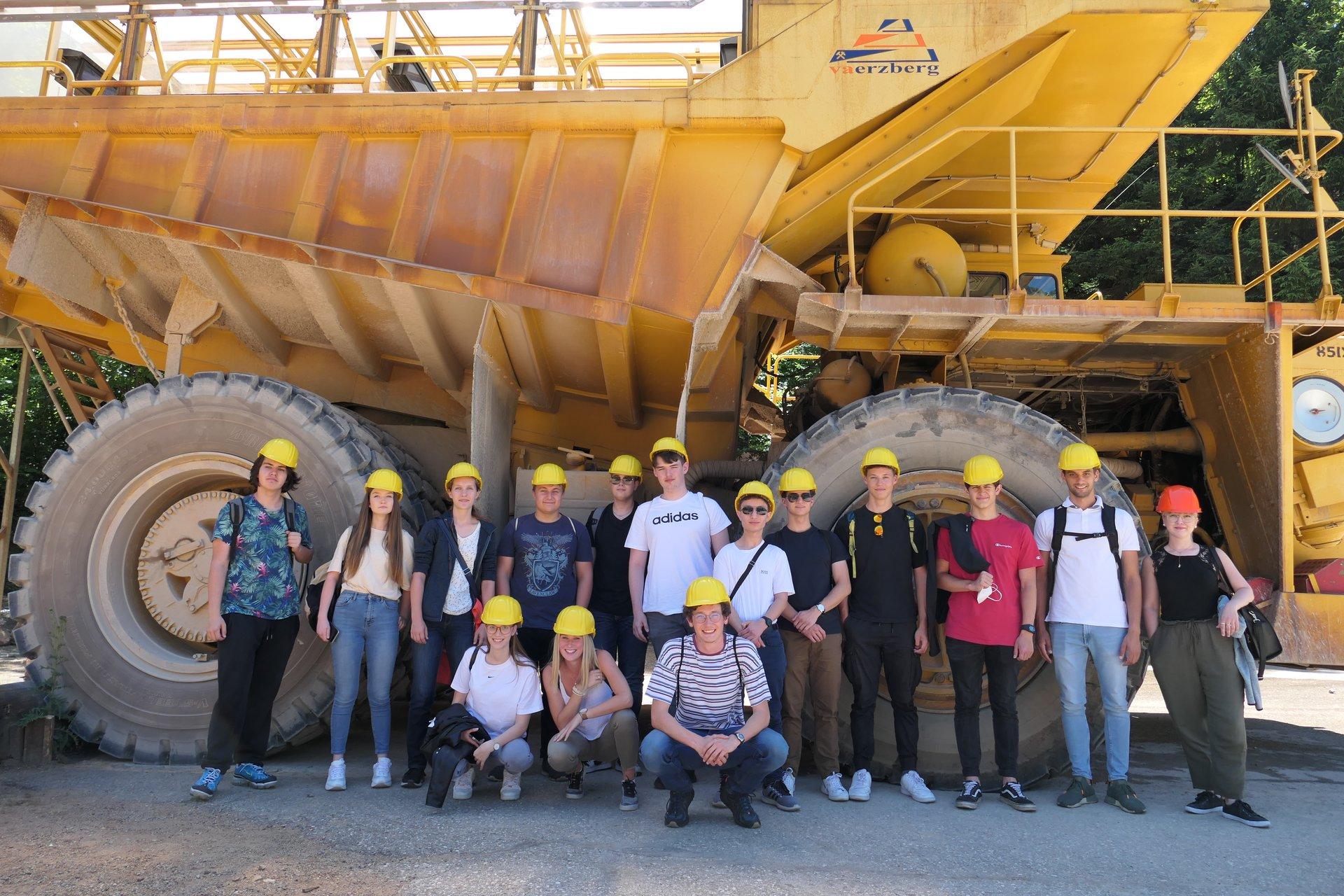 Die Schülerinnen und Schüler bei ihrem Besuch am Erzberg. (Montanuni Leoben)